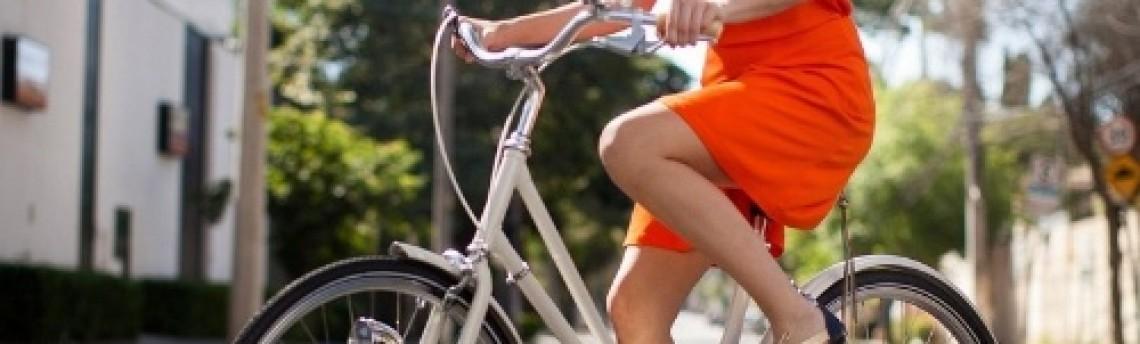 Empresa faz roupa que inibe mau cheiro para ciclista ir de bike ao trabalho